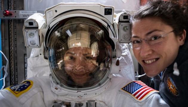 """Впервые в истории две женщины-астронавта вышли на """"космическую прогулку"""
