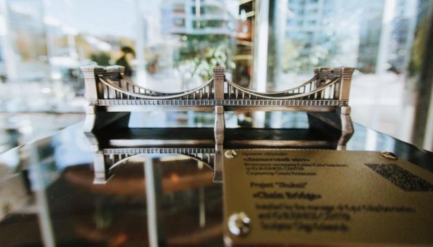 В Киеве появился миниатюрный цепной мост