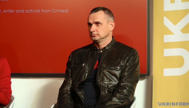 Сенцов перевіз маму і сина з окупованого Криму до Києва