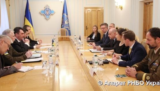 El secretario del CSND y el ministro de Defesa de Estonia discuten temas de seguridad cibernética