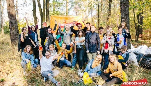 Українські блогери зібрали понад 100 мішків сміття в лісі на Червоному Хуторі