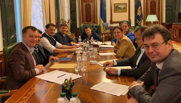Зеленський доручив наступного року урізати витрати на чиновників