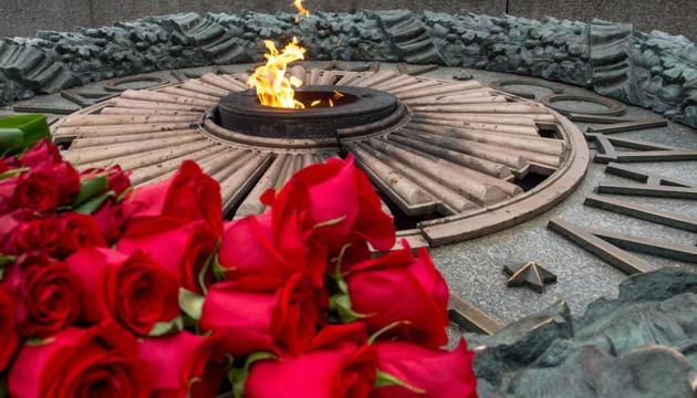 Zelensky deposita flores en la Tumba del Soldado Desconocido en Kyiv