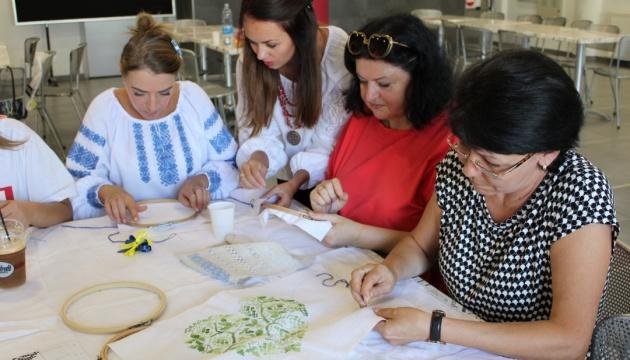 На творчому майстер-класі в Нікосії навчали технікам української вишивки