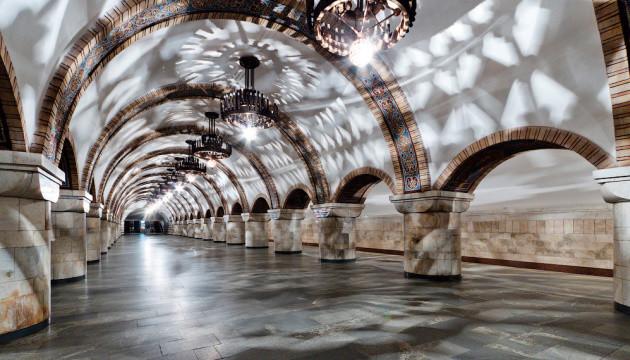 На трьох станціях київського метро шукають вибухівку