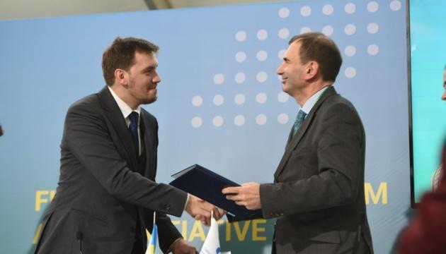Гончарук і віцепрезидент ЄБРР підписали меморандум про кредити на ремонт доріг