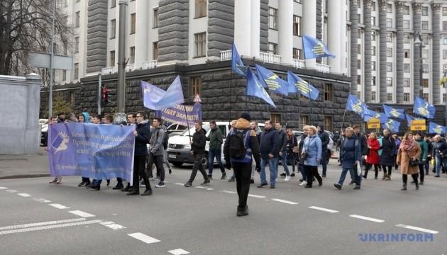 Освітяни під Радою мітингують проти 40-годинного робочого тижня