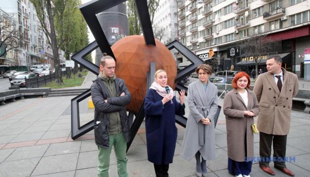 У Києві перед знесеним пам'ятником Леніну встановили інсталяцію