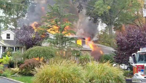 Літак упав на житлові будинки в США, загинув пілот