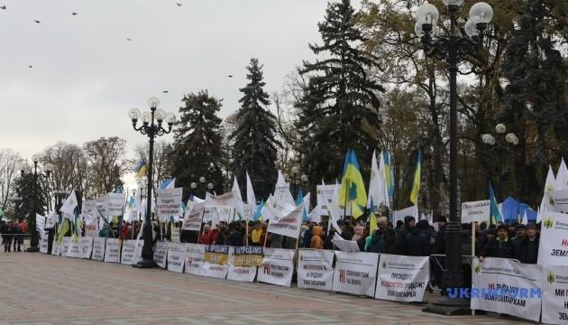 Під Радою мітингують проти запуску ринку землі