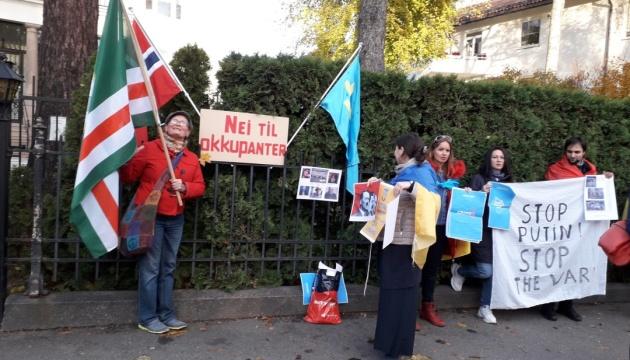 """""""Ні окупантам на нашому ювілеї Перемоги!"""": українці Норвегії протестували проти візиту Лаврова"""