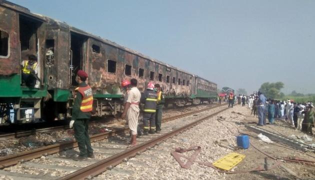 У Пакистані у потягу вибухнув балон із газом - 65 загиблих
