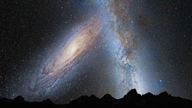 Так будет выглядеть галактика Адромеды и видимая часть Млечного Пути на небе Земли через 3,75 миллиарда лет. Еще через пару миллиардов лет наши галактики сольются, образовав в итоге большую эллиптическую галактику