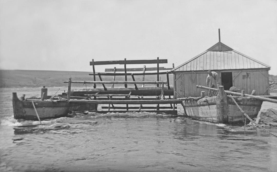 Наплавний млин на Дніпрі біля села Вовніги. Світлина 1931 року. Надав видавець Олександр Савчук