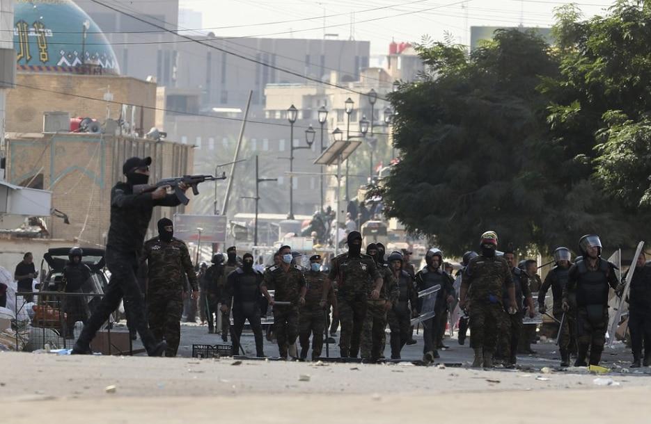 Парамілітарні формування допомагають поліції розганяти манфестантів