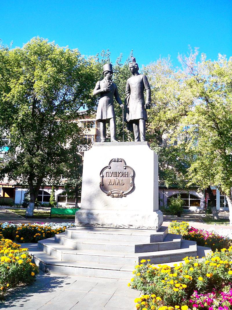 Памятник Далю и Пушкину в Оренбурге