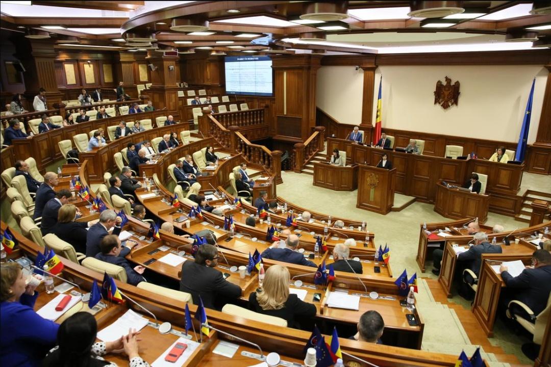 Майя Санду виступає з трибуни парламенту