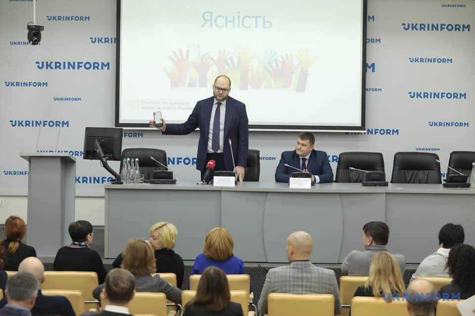 Володимир Бородянський під час публічної дискусії