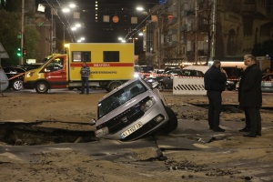 キーウ市内、水道管破裂により車道が陥没