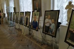 """У Херсоні відкрилась виставка """"Мій тато – герой"""" за участю дітей загиблих воїнів"""