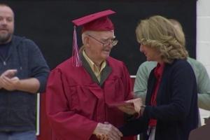 У Штатах ветеран Другої світової отримав шкільний атестат у 95 років