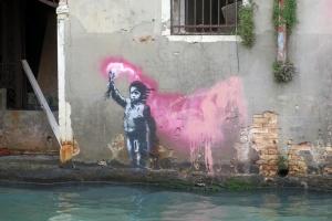 Наводнение в Венеции затопило музеи, граффити Бэнкси и бутик Celine