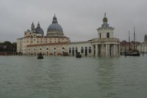 Причинами наводнения в Венеции могли быть изменение климата и коррупция