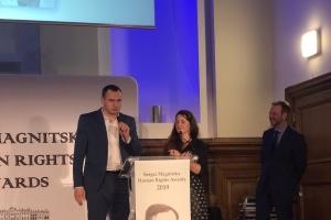 Sentsov recibe el Premio de Derechos Humanos Sergei Magnitski en Londres