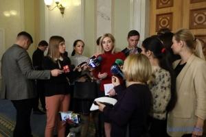 """Zwei Abgeordnete von """"Diener des Volkes"""" prügeln sich im Parlament"""