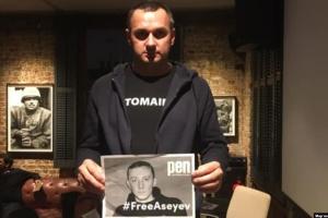 Sentsov rejoint la foule éclair en soutien à Asseyev à Londres