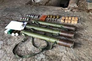 У житловому будинку на Донеччині виявили схрон з гранатометами