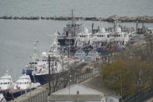 Захваченные РФ украинские корабли выводят из Керчи