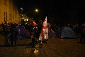 В Тбилиси протестующие заблокировали все входы в парламент
