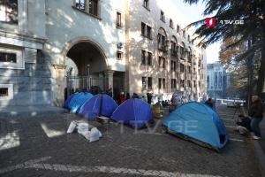 У Грузії мітингувальники не пустили до парламенту депутатів