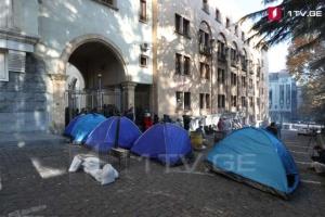 В Тбилиси перед парламентом снова устанавливают палатки
