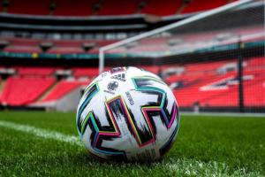 Официальный мяч футбольного Евро-2020 выполнен в разноцветной гамме