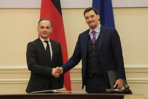 Гончарук ожидает, что Меркель приедет на экономический форум во Львов