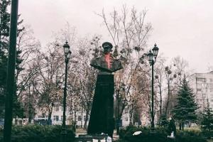 В Харькове облили красной краской бюст Жукову