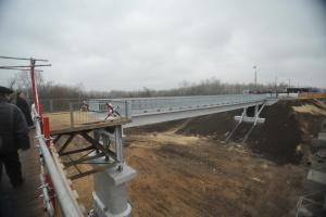 Міст у Станиці відкрили. Зеленський каже, що танк там не проїде