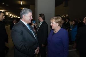 Порошенко встретился с Меркель в Париже