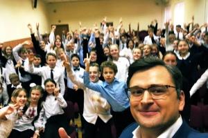 Кулеба провел урок для школьников в День Достоинства и Свободы