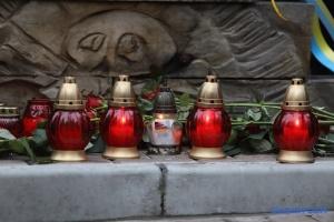 На Алеї Героїв Небесної сотні у Києві - вечірній поминальний молебень