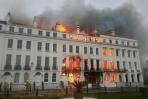 У британському готелі — пожежа, вогонь гасять водою з Ла-Маншу