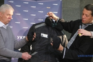Sushchenko hands over prison robe, letters, paintings to museum