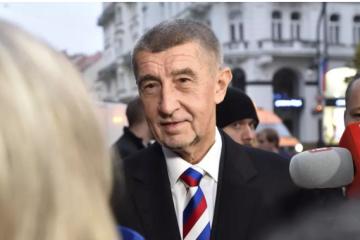 """Бабіш прийшов на річницю Оксамитової революції у краватці з """"російським триколором"""""""