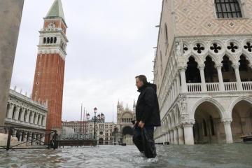 В Венеции понемногу спадает уровень воды