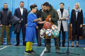 Volodymyr Zelensky a assisté à un tournoi de mini-football scolaire à Stanytsya Louhanska