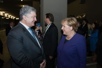 Poroshenko meets with Merkel ahead of Normandy summit in Paris