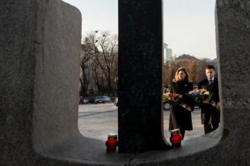 Le président et son épouse rendent hommage aux victimes de l'Holodomor de 1932-1933