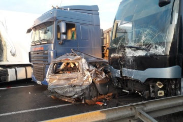 Glatteis: 10 Autos und ein Bus stießen auf Autostraße Kyjiw – Odesa zusammen